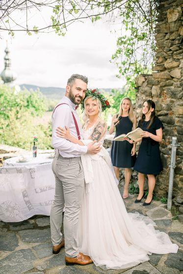 Foto: Mek Bueno, Konzept: Perfektheiraten.at Styling Katharina Kalteis, Kleid: Blütenkleid